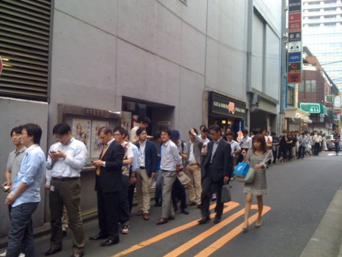 tokyo iphone line 500x375 News   De longues files dattente pour les précommandes de liPhone 4