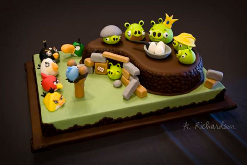 angry birds cake 20101110 115402 Angry Birds fête son anniversaire et se met à jour
