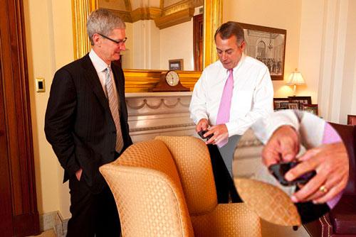Boehner Cook CapitolHill Tim Cook se met les politiciens américains dans la poche