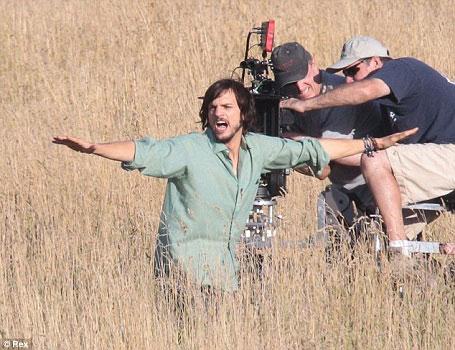 kutcher jobs2 Quand Ashton Kutcher Joue Steve Jobs sous LSD