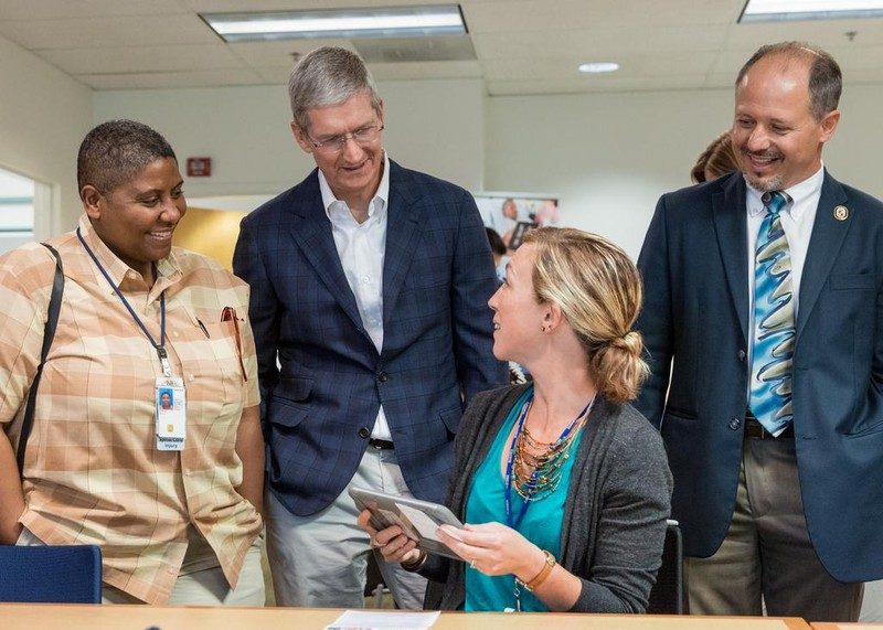 Tim Cook VA Hospital Tim Cook en visite à lhôpital de Palo Alto où l'iPad est utilisé