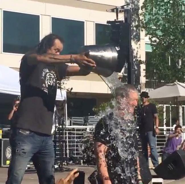 tim cook ice bucket challenge Tim Cook relève le défi du seau deau glacée sur la tête