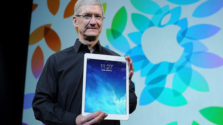 Tim Cook holding iPad Pro Bloomberg mockup 001 Le keynote de liPad et Yosemite se tiendrait le 21 Octobre