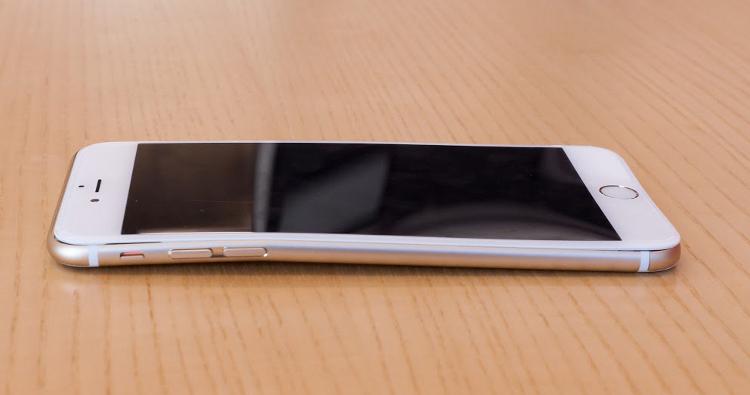 apple remplace iphone 6 plus plie iPhone 6 Plus vs Samsung S6 Edge vs HTC M9 : Qui résiste le mieux au pliage ?