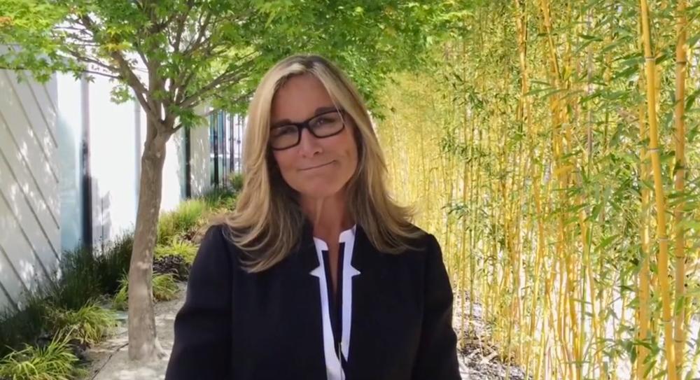 Angela Ahrendts Angela Ahrendts rassure ses employés sur la sortie de lApple Watch