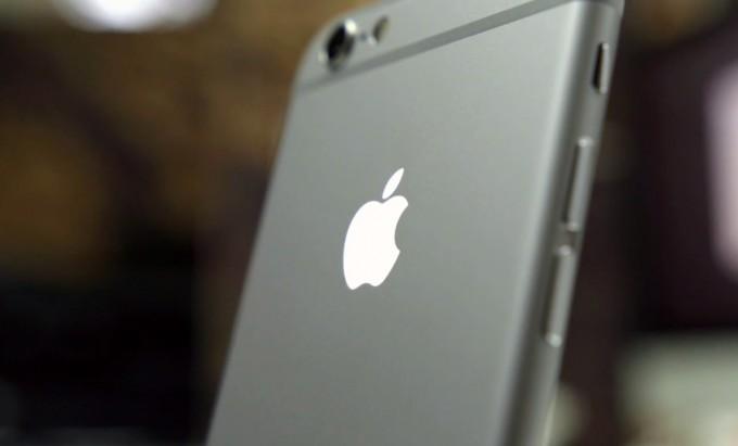 video iphone 6 logo lumineux 680x411 Apple veut rendre le logo arrière des futurs iPhone utile !