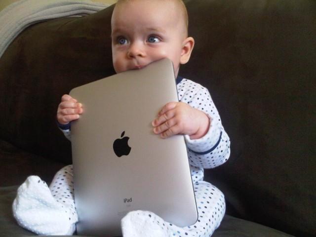 baby with ipad 640x480 Donner un iPad à votre enfant représenterait de la maltraitance selon certains psychologues