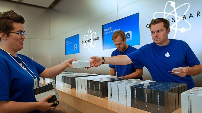 apple store employees e1447054761143 Apple : Personnal Pick Up débarque au Royaume Uni