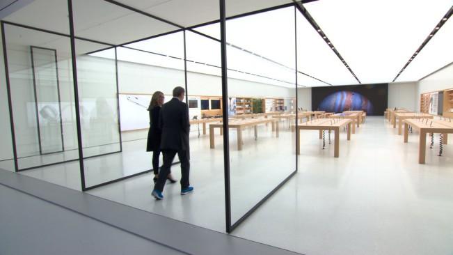angela ahrendts apple store e1450425414662 Jony Ive et Angela Ahrendts vont dévoiler tous leurs secrets à la TV