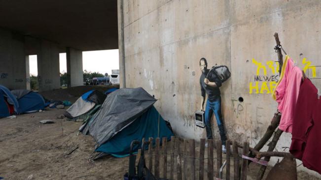 steve jobs calais e1449862811925 Banksy peint Steve Jobs dans le camp de réfugiés de Calais