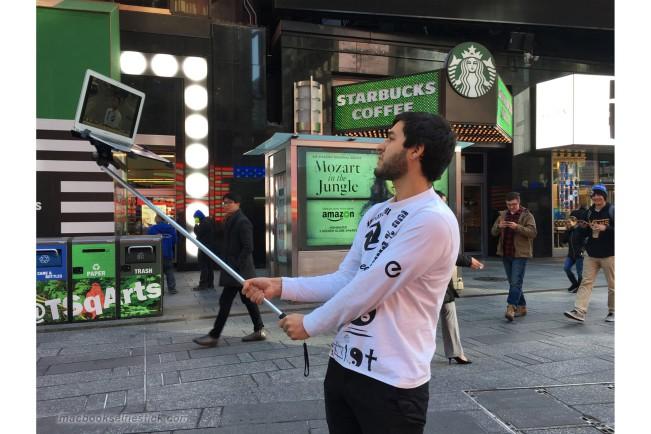 macbook selfie 1 e1456487856792 Les hipsters de NY accrochent leur MacBook Air au bout dun selfie stick