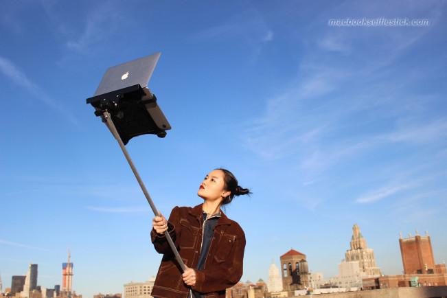 macbook selfie 3 1 e1456487806398 Les hipsters de NY accrochent leur MacBook Air au bout dun selfie stick