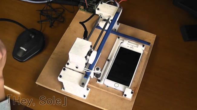 robot iphone e1455034675868 Vidéo : il crée un robot pour jouer à liPhone à sa place