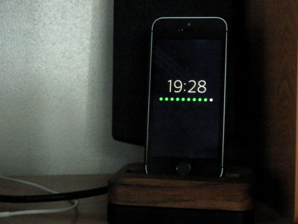 vettr [Cydia] Vettr : affichez lheure et le niveau de batterie en rechargeant votre iPhone