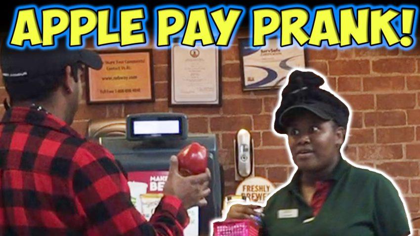 apple pay prank e1476093694740 [Insolite] Apple Pay : il paye ses achats avec une pomme !