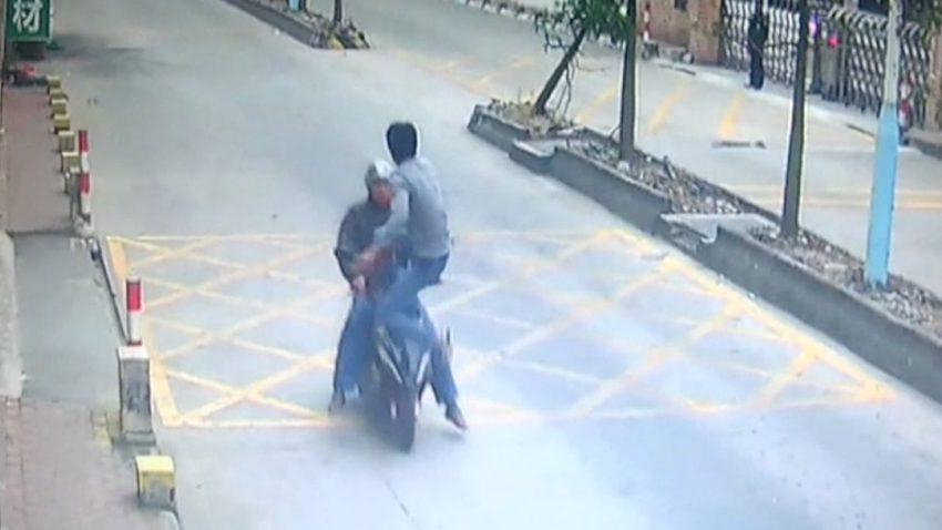 iphone 850x478 [Vidéo] Chine : il rattrape un voleur diPhone tel un ninja