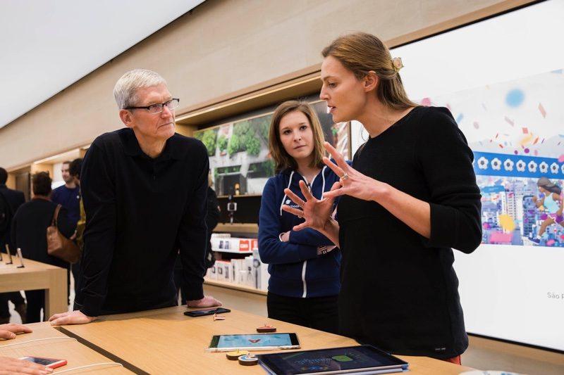 timcookapplestore 800x533 Tim Cook : les produits Apple ont changé le monde (et ne sont pas pour les riches)