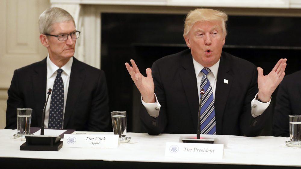 Tim Cook Donald Trump Donald Trump remercie Tim Cook pour les investissements dApple aux États Unis