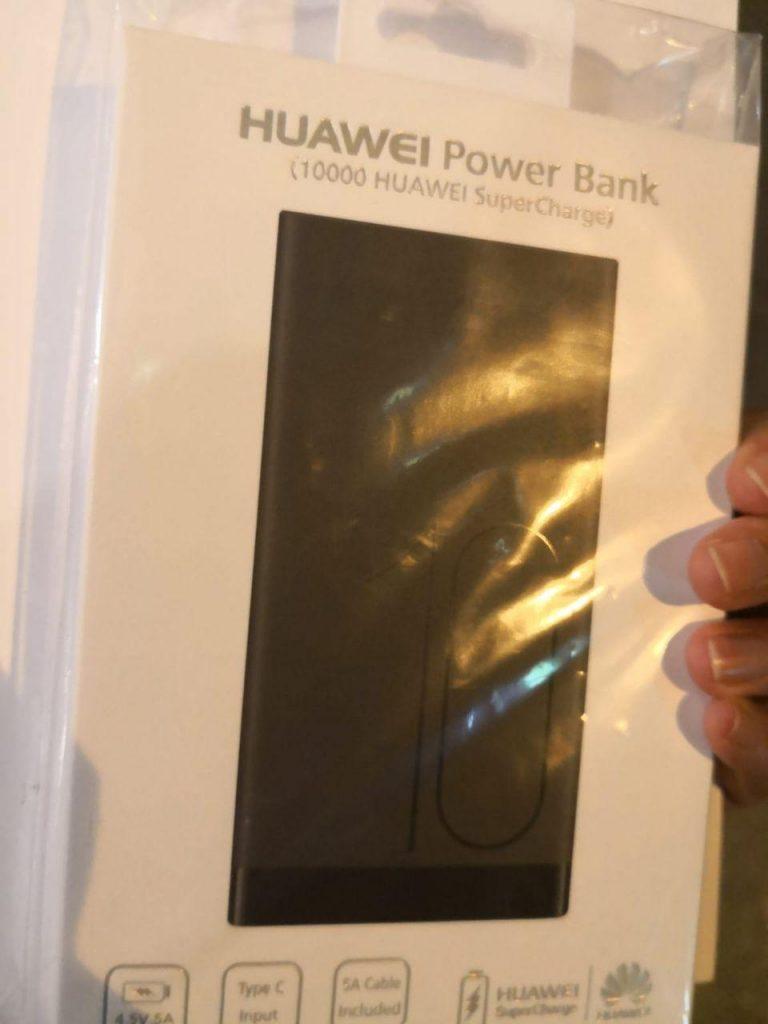 Huawei Batteries Externes Devant Apple Store Singapour 2 Insolite : Huawei distribue des batteries externes dans les files dattente de lApple Store de Singapour