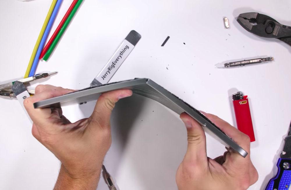 iPad Pro 2018 Test Bend 1000x654 Un test vidéo montre que liPad Pro 2018 peut être plié en deux avec relativement peu de force