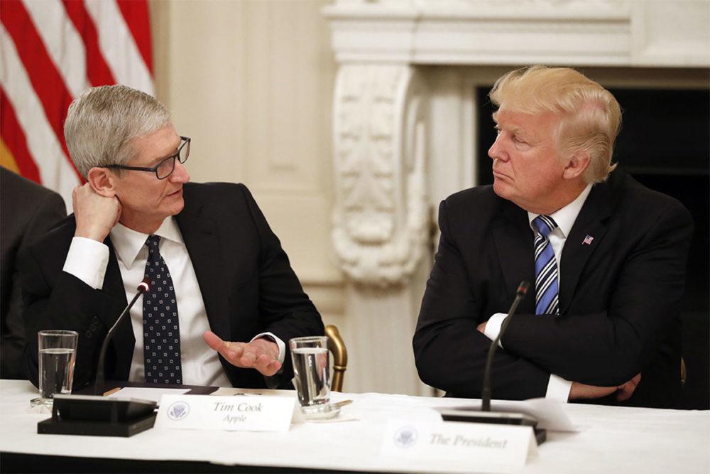 tim cook trump apple 1000x667 Trump suggère une taxe de 10% sur les iPhone et MacBook importés de Chine