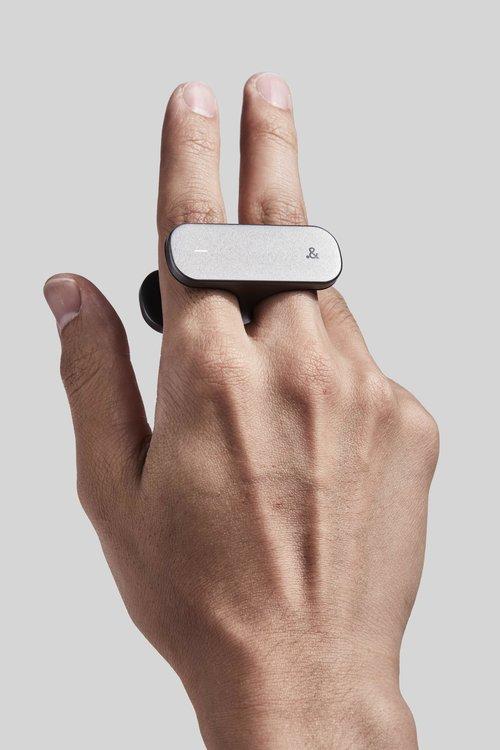 litho exemple Un contrôleur futuriste sous forme de bague pour iOS