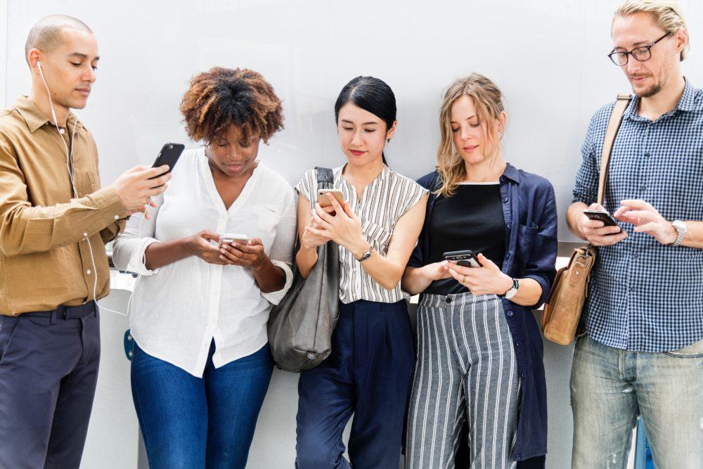 adults casual cellphone 1413653 Comment le smartphone a révolutionné le marché du casino en ligne