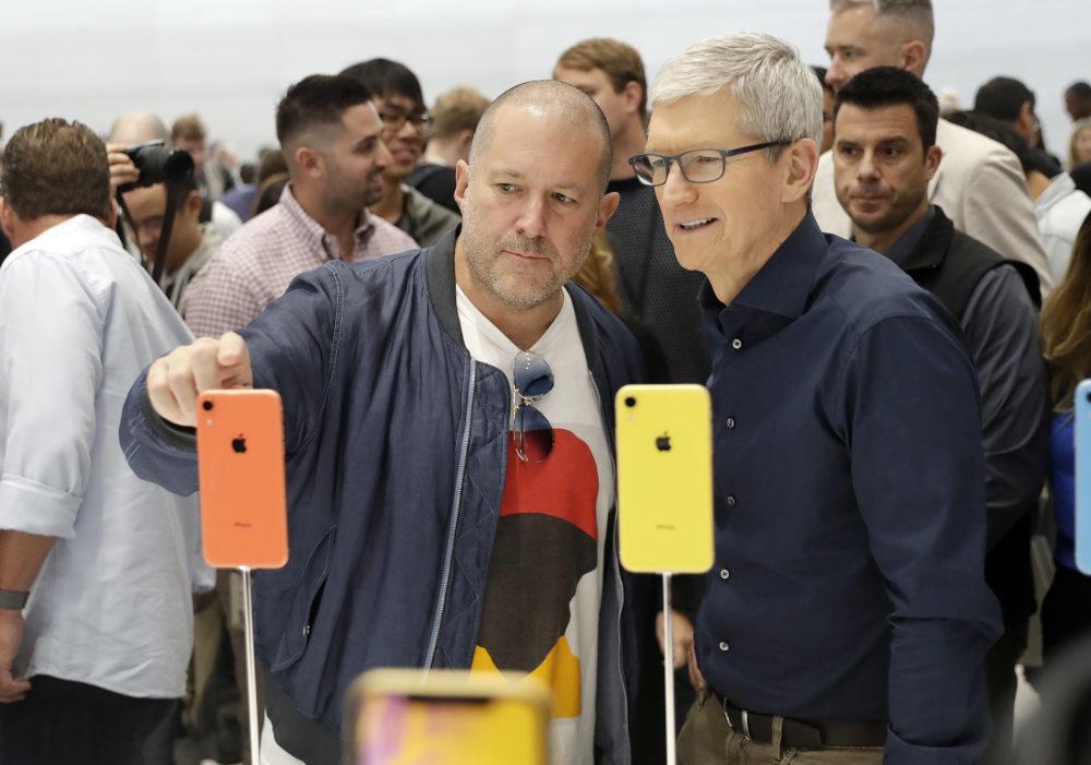 Apple iPhone XR Tim Cook Jony Ive 1000x701 Jony Ive, le designer dApple, quitte la société pour aller créer sa propre entreprise de design