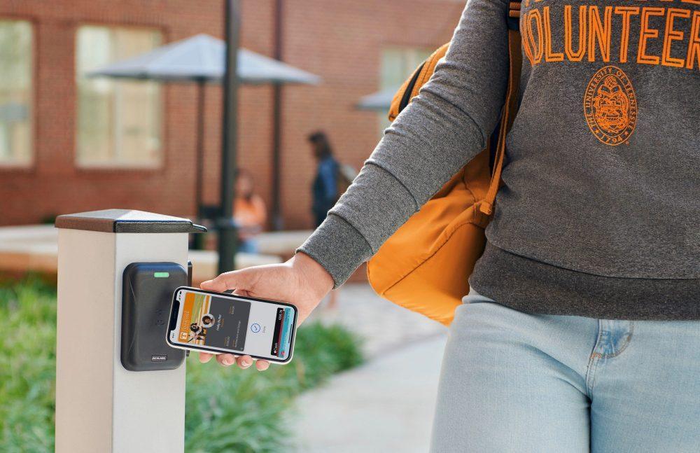 apple carte etudiant iphone et apple watch 1000x647 De nouvelles universités remplacent la carte d'étudiant par liPhone et lApple Watch