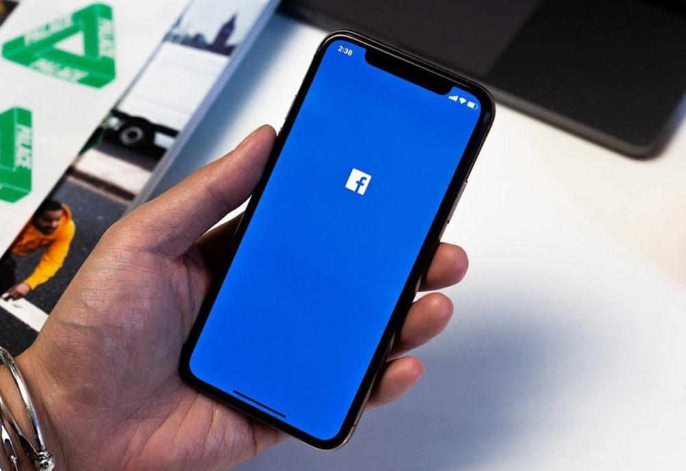 Facebook iPhone X 1000x686 Facebook craint que la version diOS 14 ne nuise à son activité publicitaire