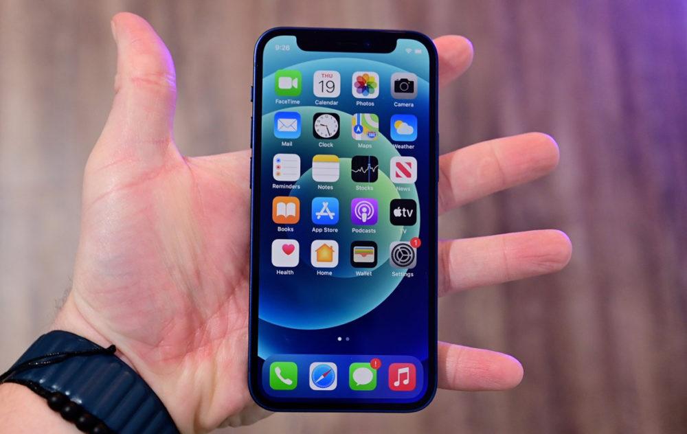 Apple iPhone 12 mini Main En dépit des mauvaises ventes de liPhone 12 mini, Apple sortirait un iPhone 13 mini cette année