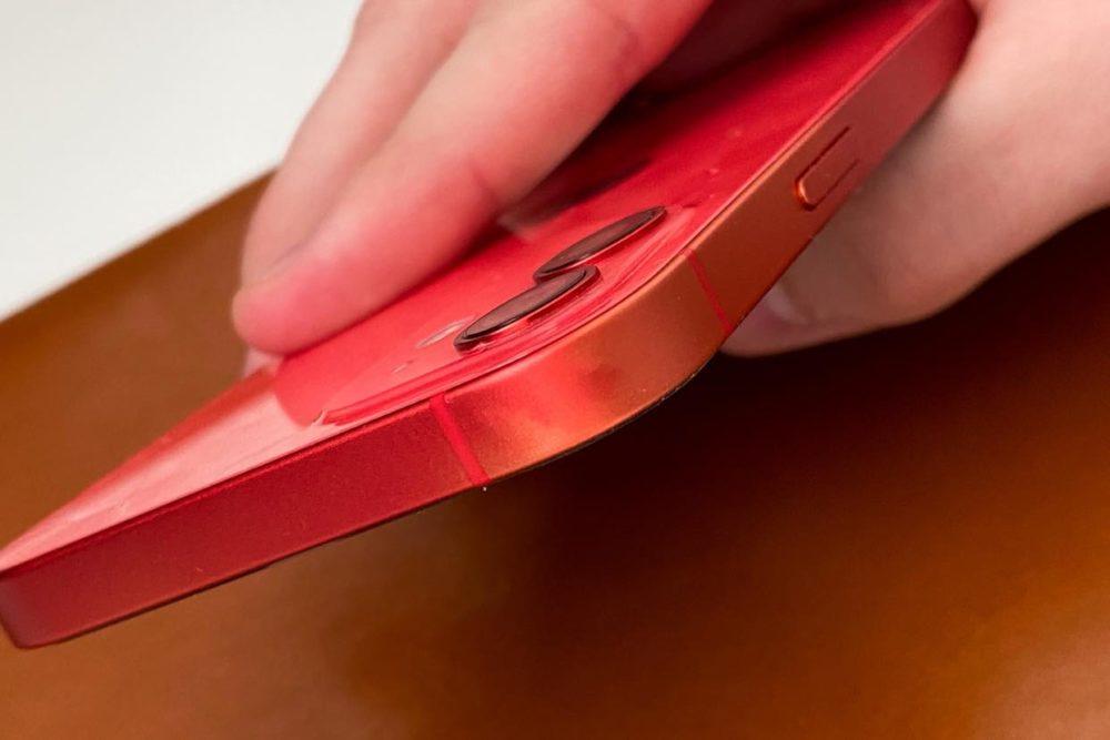 iPhone 12 Product RED Decoloration 1 Les bordures en aluminium de liPhone 12 pourraient subir une décoloration