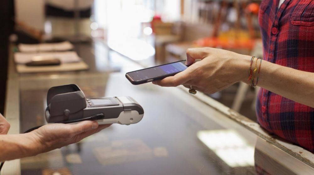 Payer avec un smartphone Payez en cryptomonnaies sur mobile via Apple Pay
