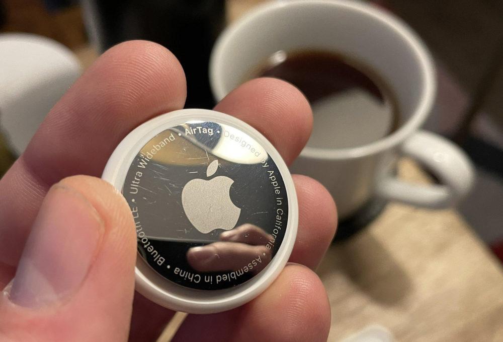 Apple AirTag Main Un nouveau firmware est disponible pour les AirTags